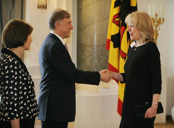 Beate Röcker bei der Auszeichnung fürs Ehrenamt durch Bundespräsident Köhler
